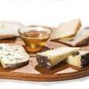 tagliere con formaggi miele e confetture